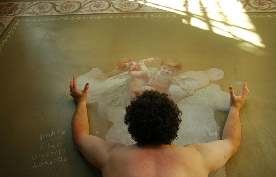 """Cezary Bodzianowski, """"Because"""", 2008, video 7'28"""", DVD, zdjęcia: Monika Chojnicka, fot.dzięki uprzejmości Fundacji Galerii Foksal"""