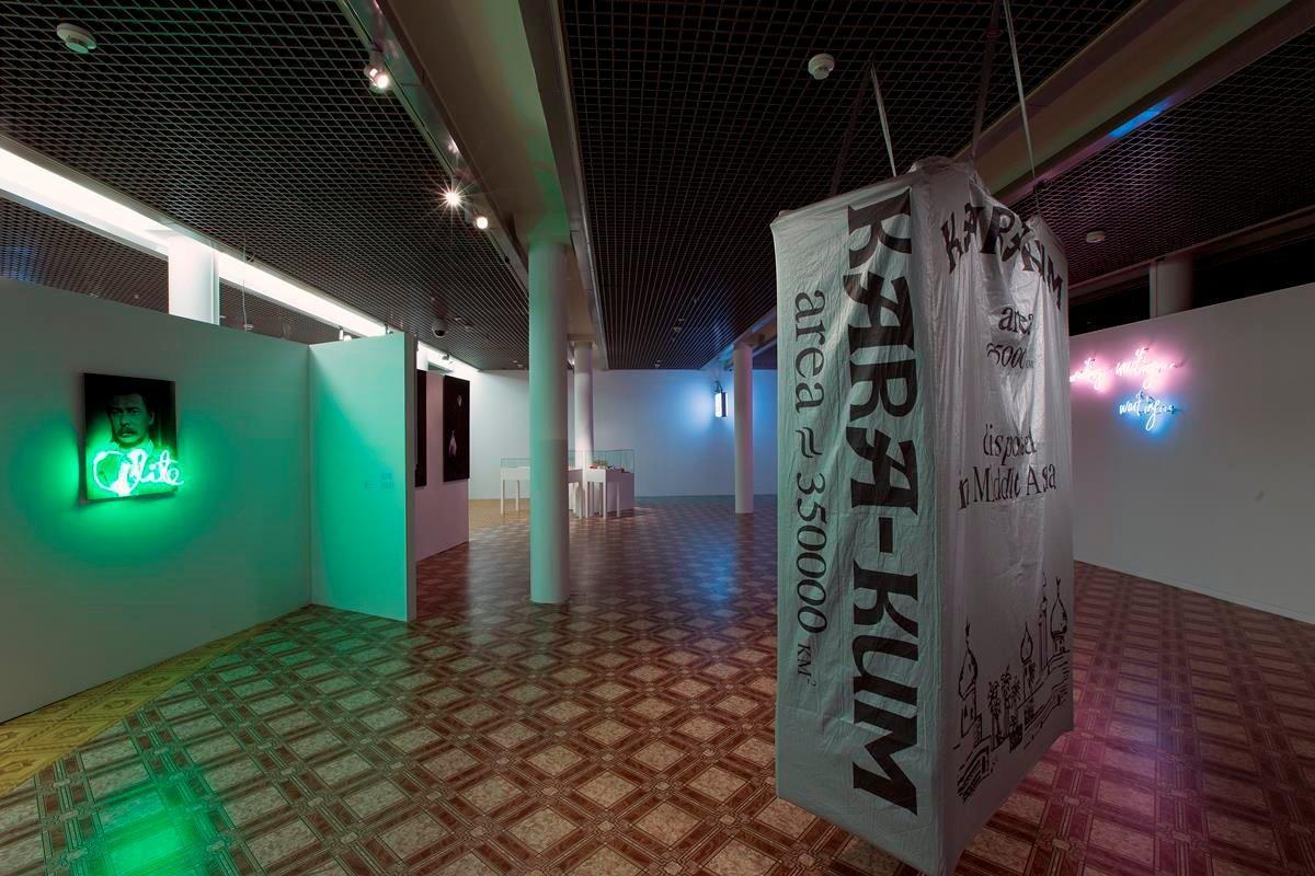 Po lewej Hüseyin Bahri Alptekin Elite, 1999 wydruk, Dibond, neon, 80 × 60 × 8 cm Poprawej Hüseyin Bahri Alptekin & M.D. Morris Kara-Kum, 1995 torba plastikowa zcyfrowym nadrukiem