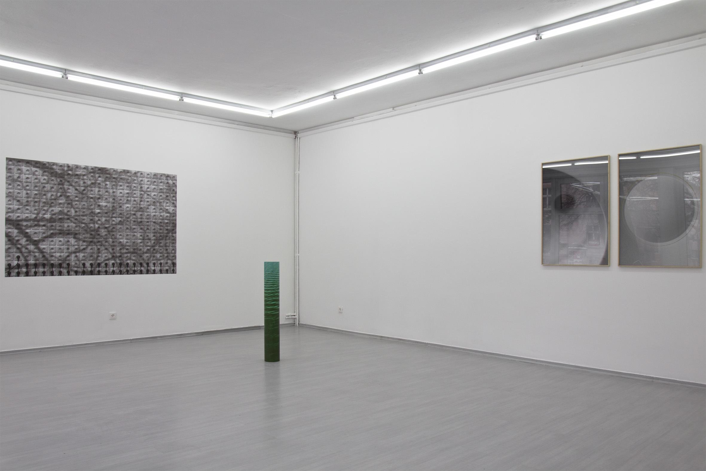 """Mateusz Sadowski, """"Obrazy nieplanowane"""", widok wystawy"""