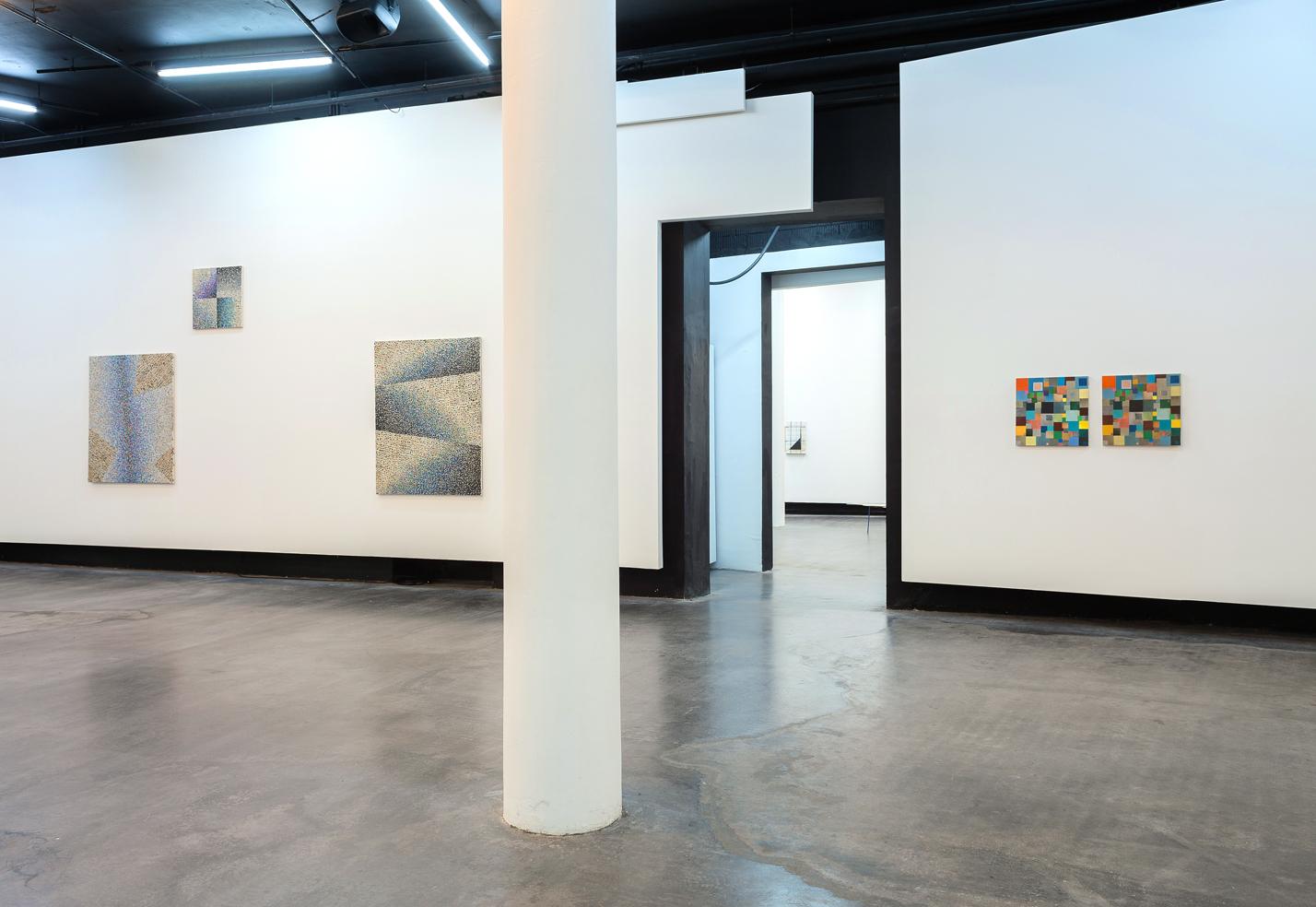Mateusz Szczypiński, Somewhere Between - Our Matters, 2014. Widok wystawy. Dzięki uprzejmości Galerie Parrotta Contemporary Art