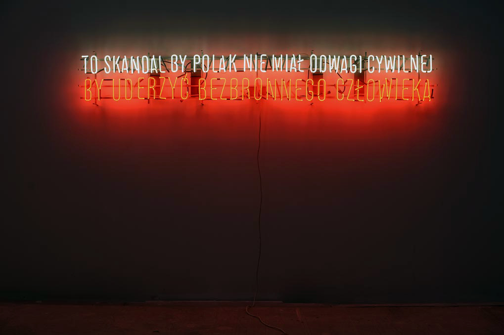 Hubert Czerepok,To skandal, byPolak niemiał odwagi cywilnej, byuderzyć bezbronnego człowieka, 2011, neon, 270 x 55 cm