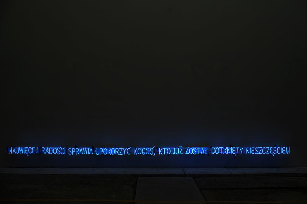 Hubert Czerepok, 7. Najwięcej radości sprawia upokorzyć kogoś, kto już został dotknięty nieszczęściem, 2009, neon, 340 x 40 cm