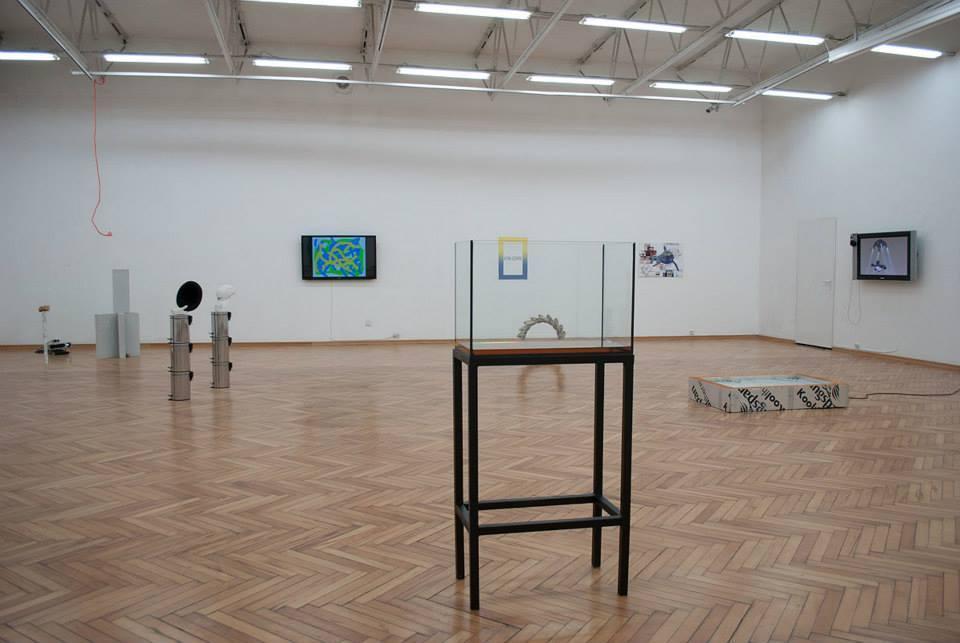 IT IS ART OR T JUST, widok nawystawę, napierwszym planie praca Gregora Różańskiego Monster Blood, 2014, dzięki uprzejmości BWA Zielona Góra