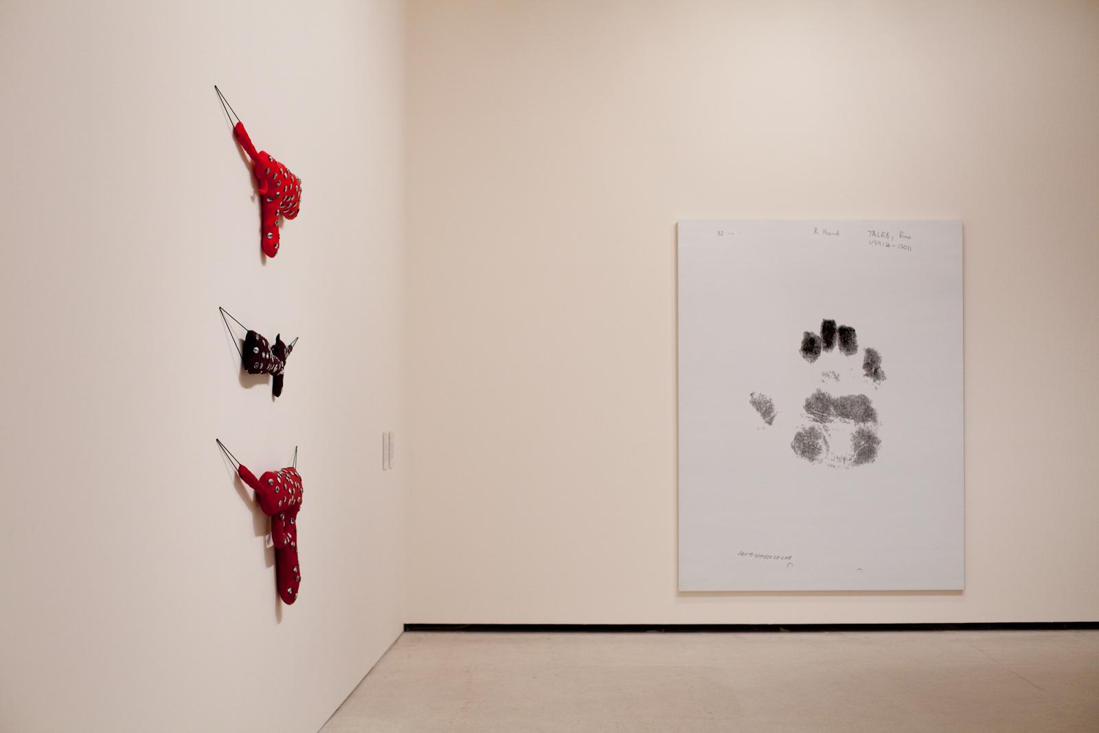 "Po lewej: Annette Messager ""Trois fusils"" (2007), poprawej: Jenny Holzer ""Right Hand 0147-03-CID259-61195 blue white"" (2007), Kolekcja Grażyny Kulczyk, fot.Bartek Buśko"