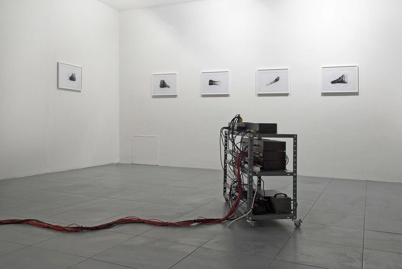 """Przemysław Jasielski, """"Lewiatan"""", 2013, płyty MDF, głośniki, sprzęt audio, sensory ruchu, 780 x 210 x 90 cm. Dzięki uprzejmości Galerii Le Guern iartysty. Przemyslaw Jasielski, Leviathan, 2013, MDF board, subwoofers, audio equipment, self made electronic circuits, movement sensors, 780 x 210 x 90 cm. Courtesy of Le Guern Gallery and the artist. Przemysław Jasielski, Lewiatan, 2013, rysunek, 29,7 x 42 cm. Dzięki uprzejmości Galerii Le Guern iartysty."""