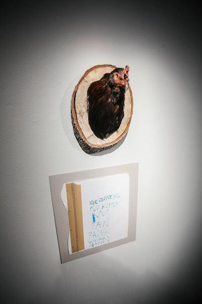 Radek Szlaga, rzeźba kura, zdjęcia Studio Filmlove, dzięki uprzejmości Czytelni Sztuki