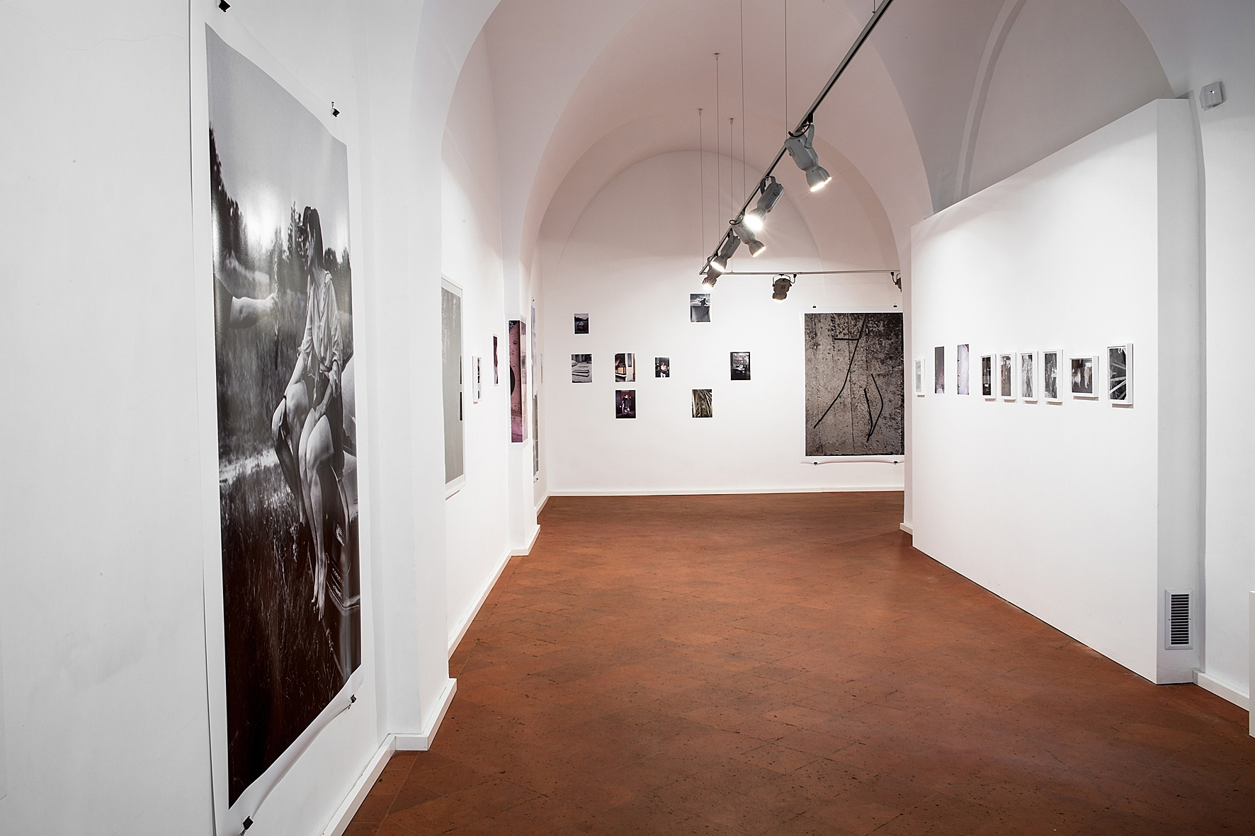 """Dawid Misiory, """"Faux-pas-partout"""", galeria Piekary, widok wystawy"""