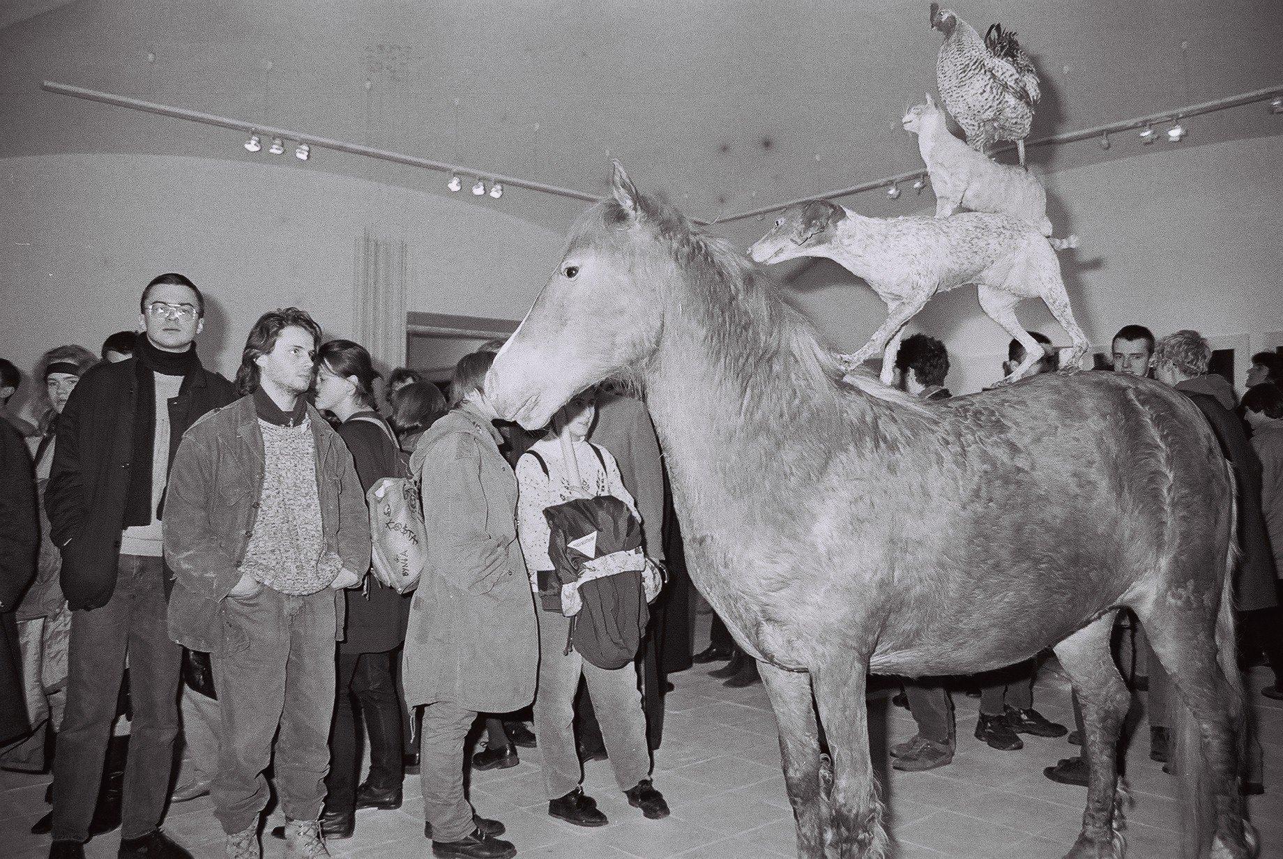 """wernisaż wystawy """"Idee poza ideologią"""", CSW Zamek Ujazdowski, 1994"""