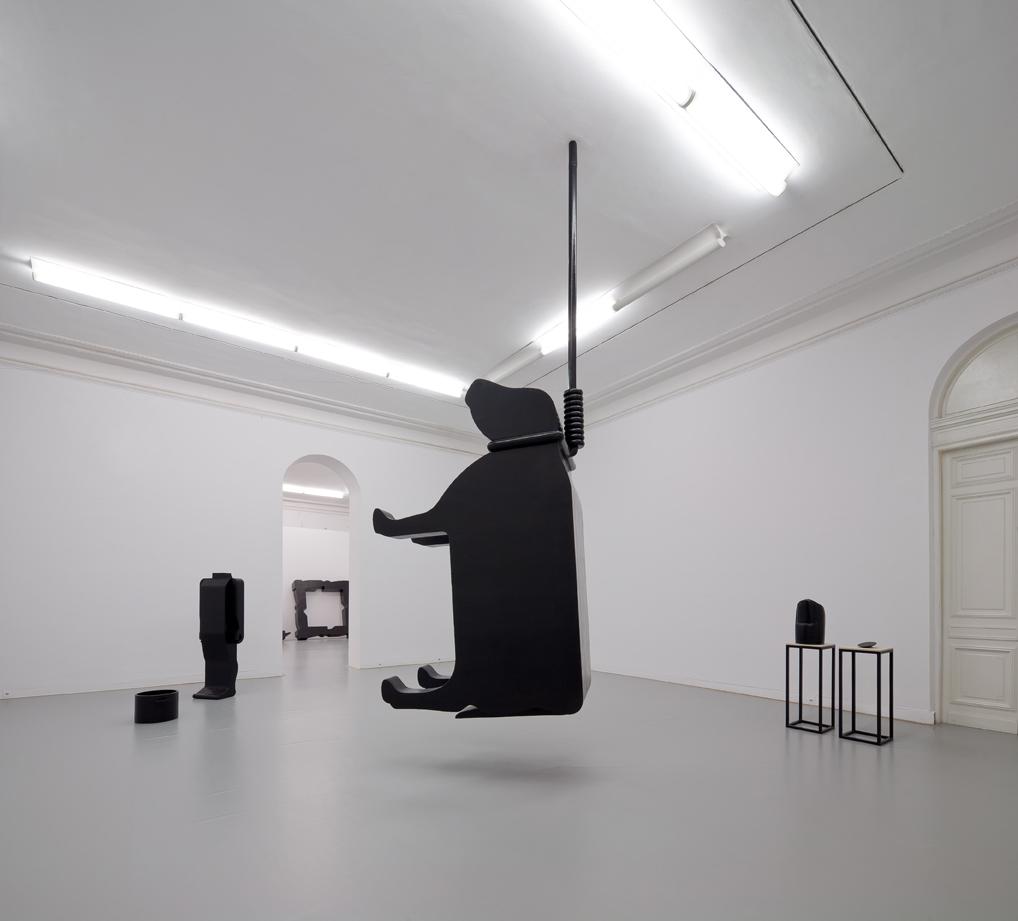 """Monika Zawadzki, """"Autoportret 1, 2 (Dyptyk)"""", 2014, rzeźba, żywica epoksydowa, farba akrylowa; """"Krowa"""", 2014, rzeźba, żywica epoksydowa, metal, farba akrylowa; """"Gotowana głowa"""", 2014, rzeźba, żywica epoksydowa, farba akrylowa; """"Błony (Ręce, Nogi, Tułowia)"""", 2014, rzeźba, żywica epoksydowa, farba akrylowa (detal)."""