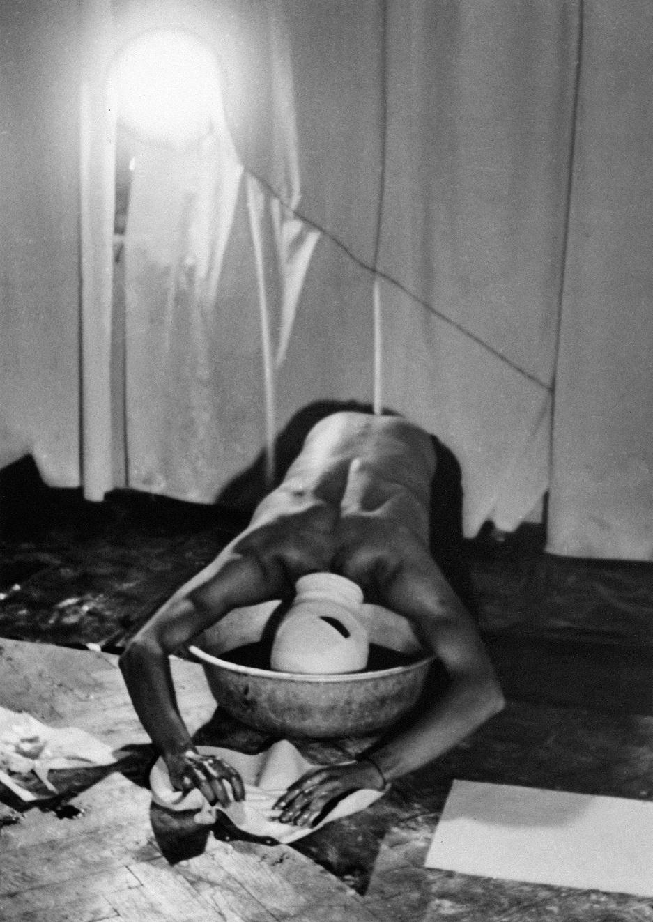 Zdjęcie zperformansu pt.Pierwsza próba dojścia, (mieszkanie prywatne), fot.Jacek Siwczyński, 1982