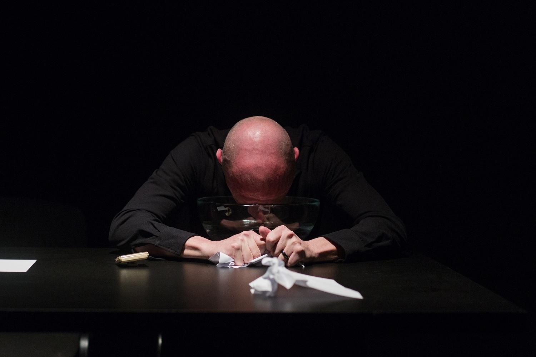 Zdjęcie zperformansu pt.Czwarta próba dojścia, (Bunkier Sztuki), fot.Studio Filmlove, 2014