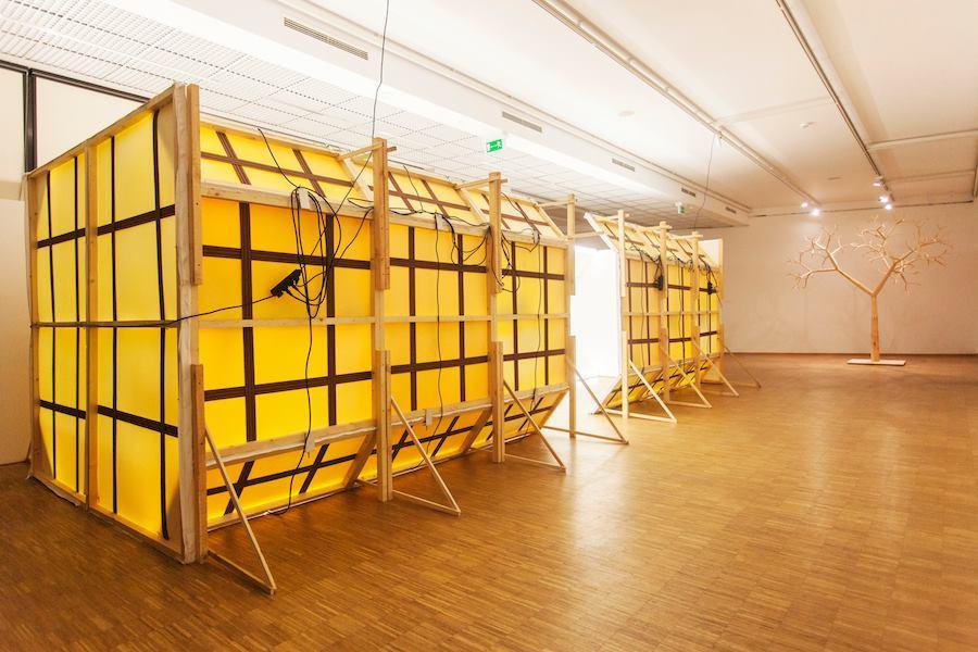 """Szymon Kobylarz, Beztytułu (statek), 2011, instalacja zcyklu """"Człowiek, któryprzeżył koniec świata"""", widok zewnętrzny, dzięki uprzejmości BWA Sokół"""