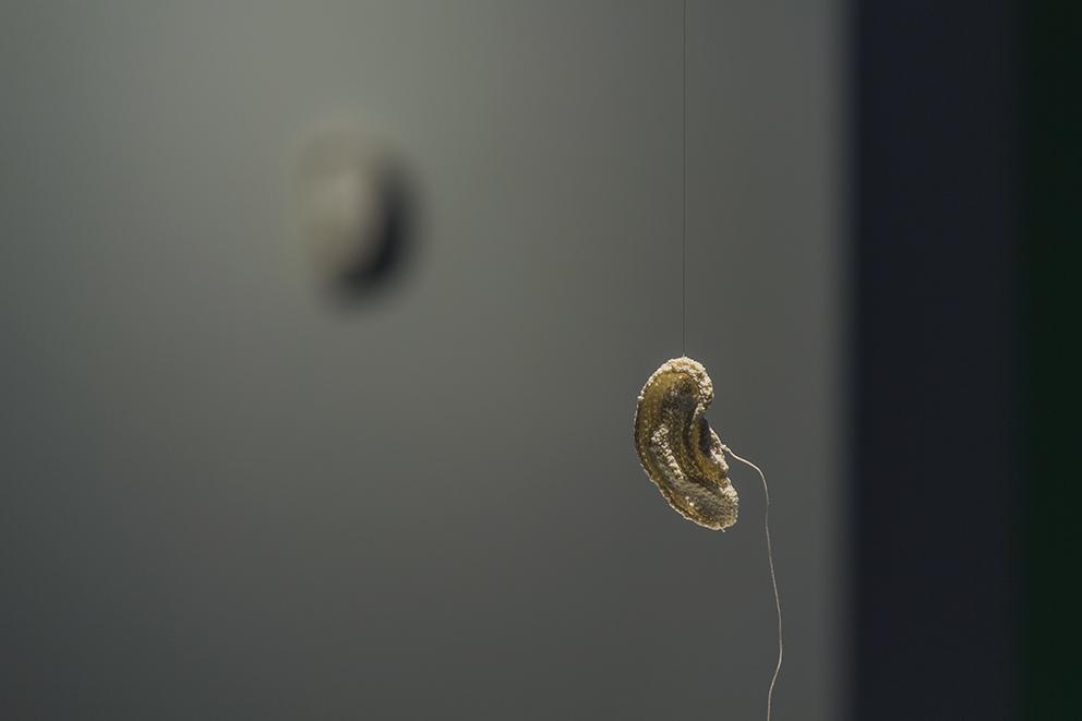 """Dorota Tołłoczko-Femerling, """"Wsłuchana"""", bawełna, krochmal, 2014, dzięki uprzejmości TRAFO"""