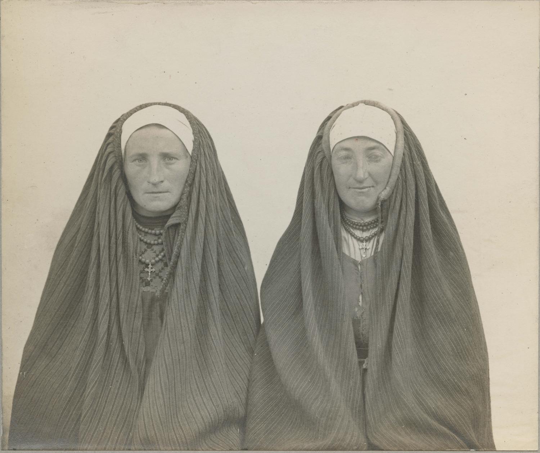 """Schultz, """"Kobiety wstrojach ludowych, kieleckie"""", 1916, zezbiorów Muzeum Etnograficznego im.Seweryna Udzieli wKrakowie."""
