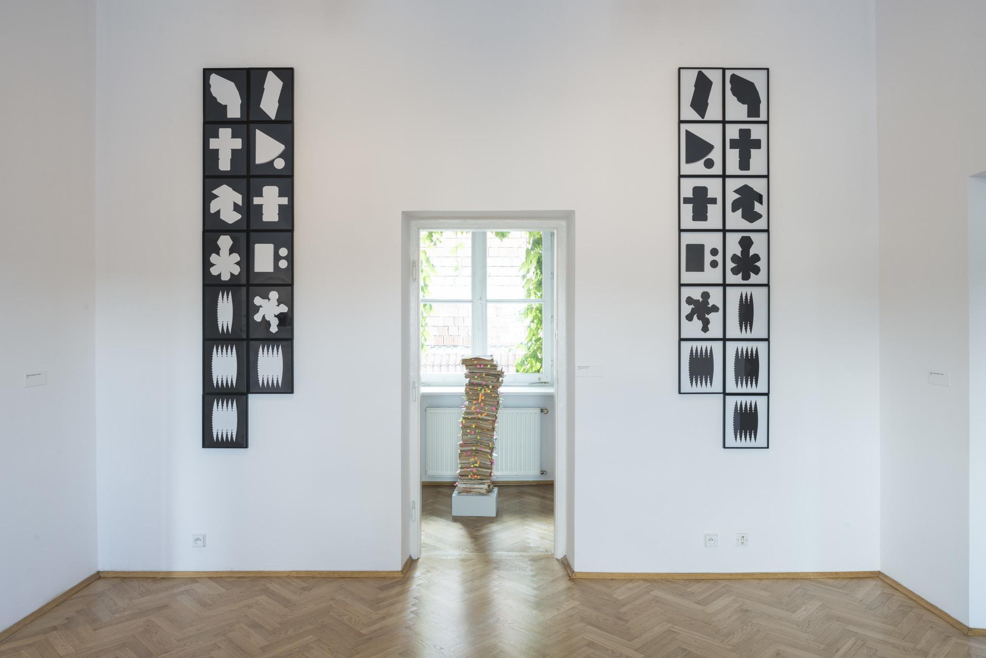 """Clare Strand, """"Lektury dodatkowe"""", widok wystawy"""