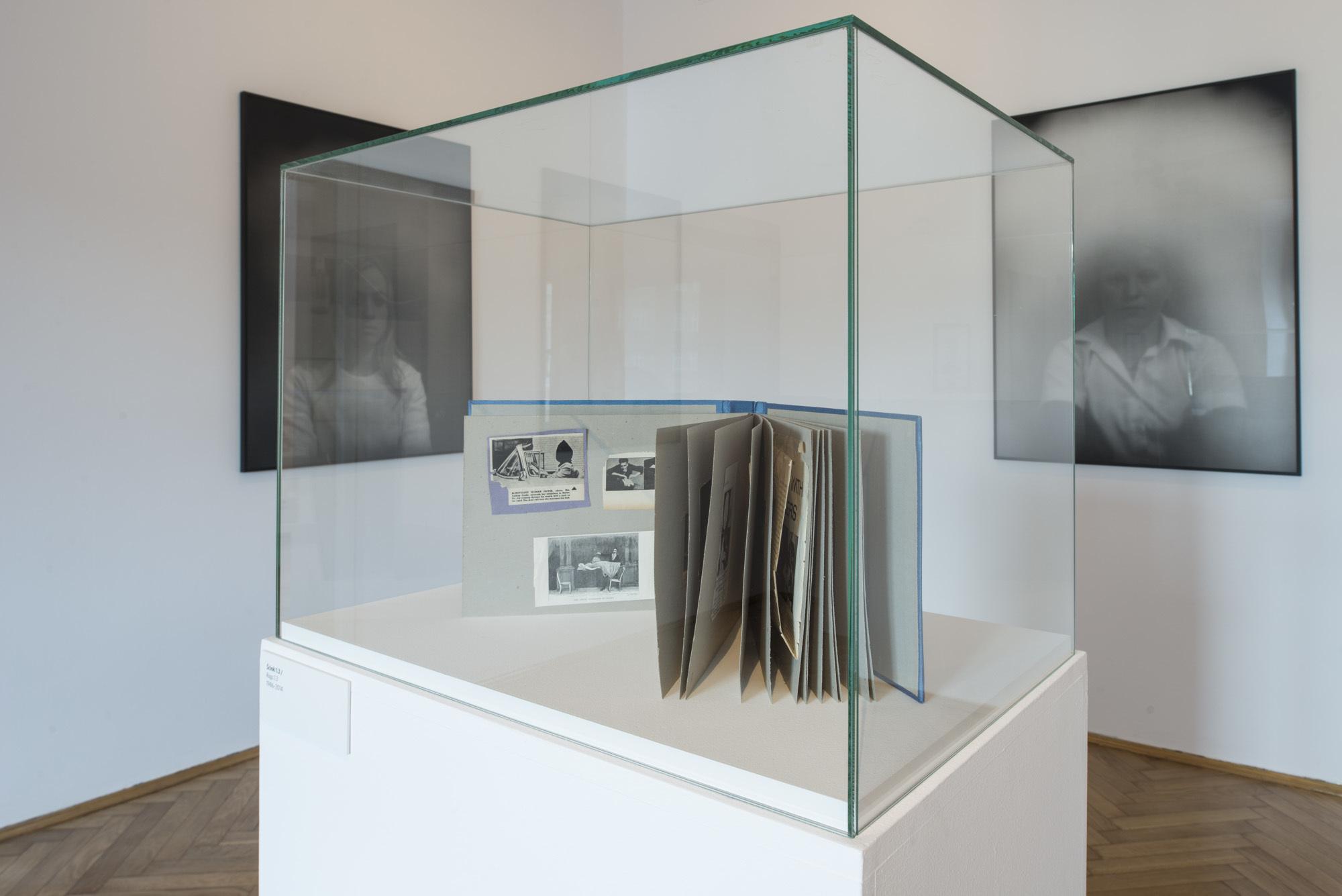 """Clare Strand, """"Lektury obowiązkowe"""", widok wystawy"""
