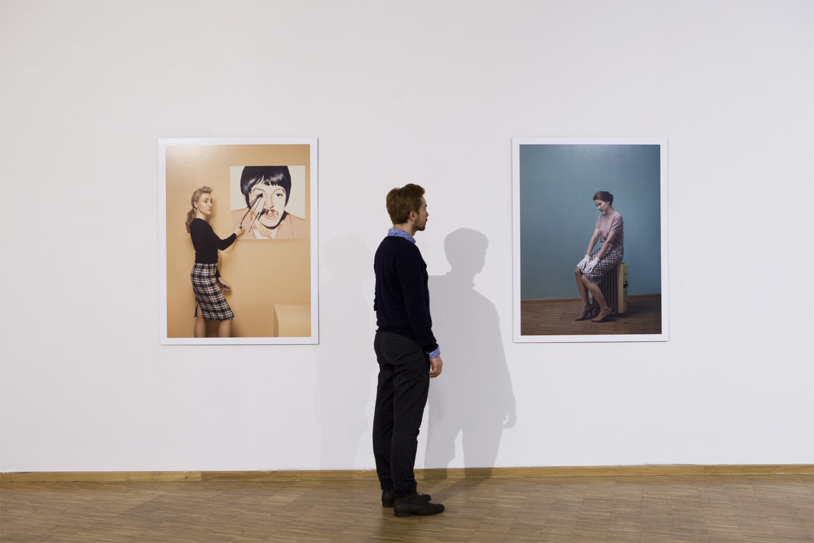 """Jacek Kołodziejski, seria """"Pani zgalerii"""", 2014, fotografie"""