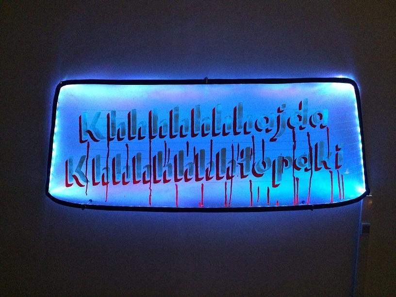 Weeping window (płacząca szyba), szkło, guma, farba, oświtlenie LED, 2014