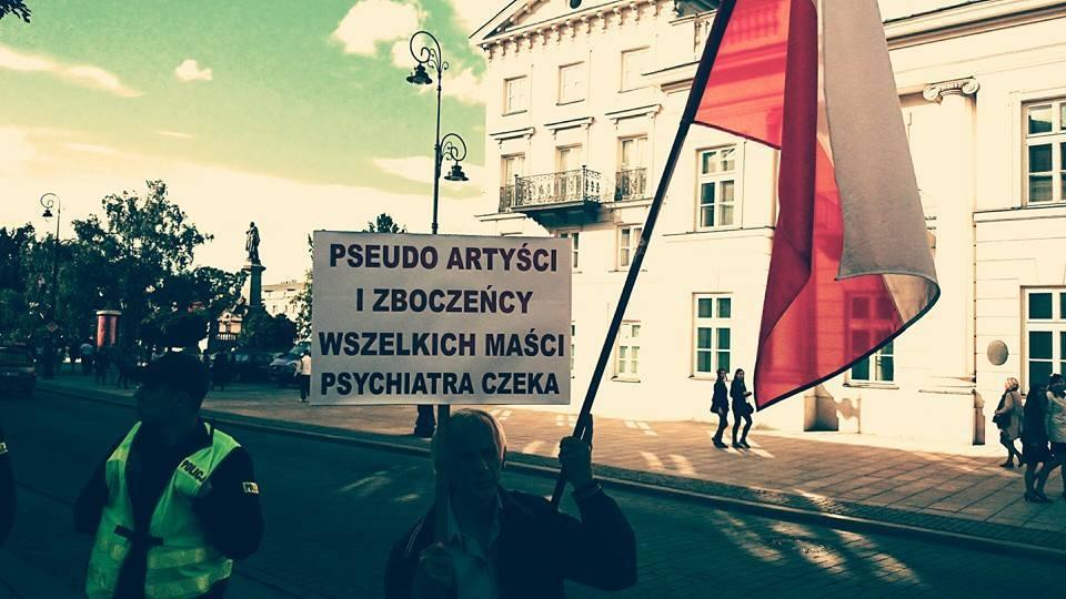 """Jeden zprzeciwników """"Golgota Picnic"""", protestujący podMinisterstwem Kultury (fot.Bęc Zmiana)"""