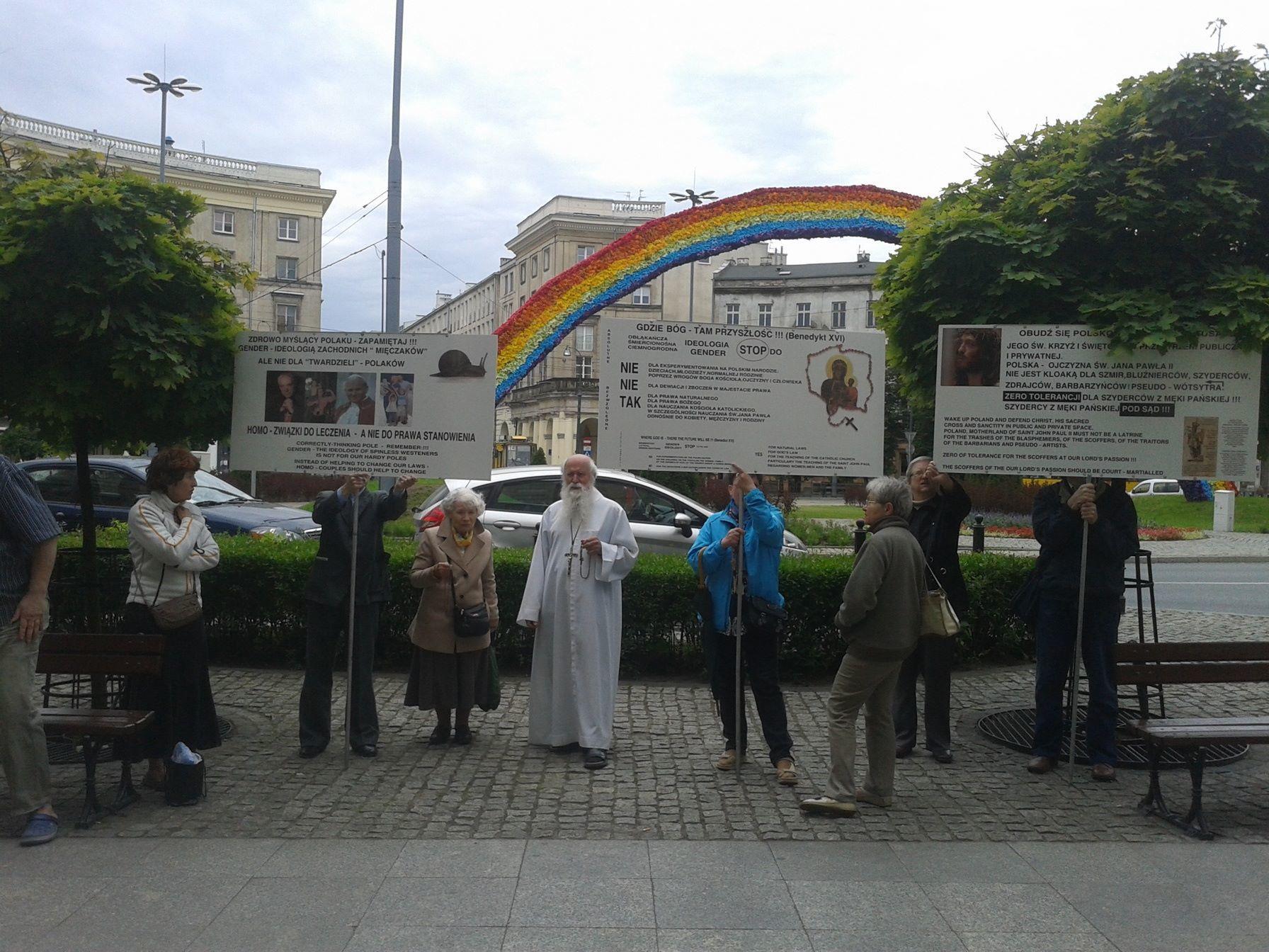 """Zgodnie zzapowiedziami, wminonym tygodniu pod""""Tęczą"""" Julity Wójcik odbywał się protest modlitewny. Mało spektakularny, alezawsze."""