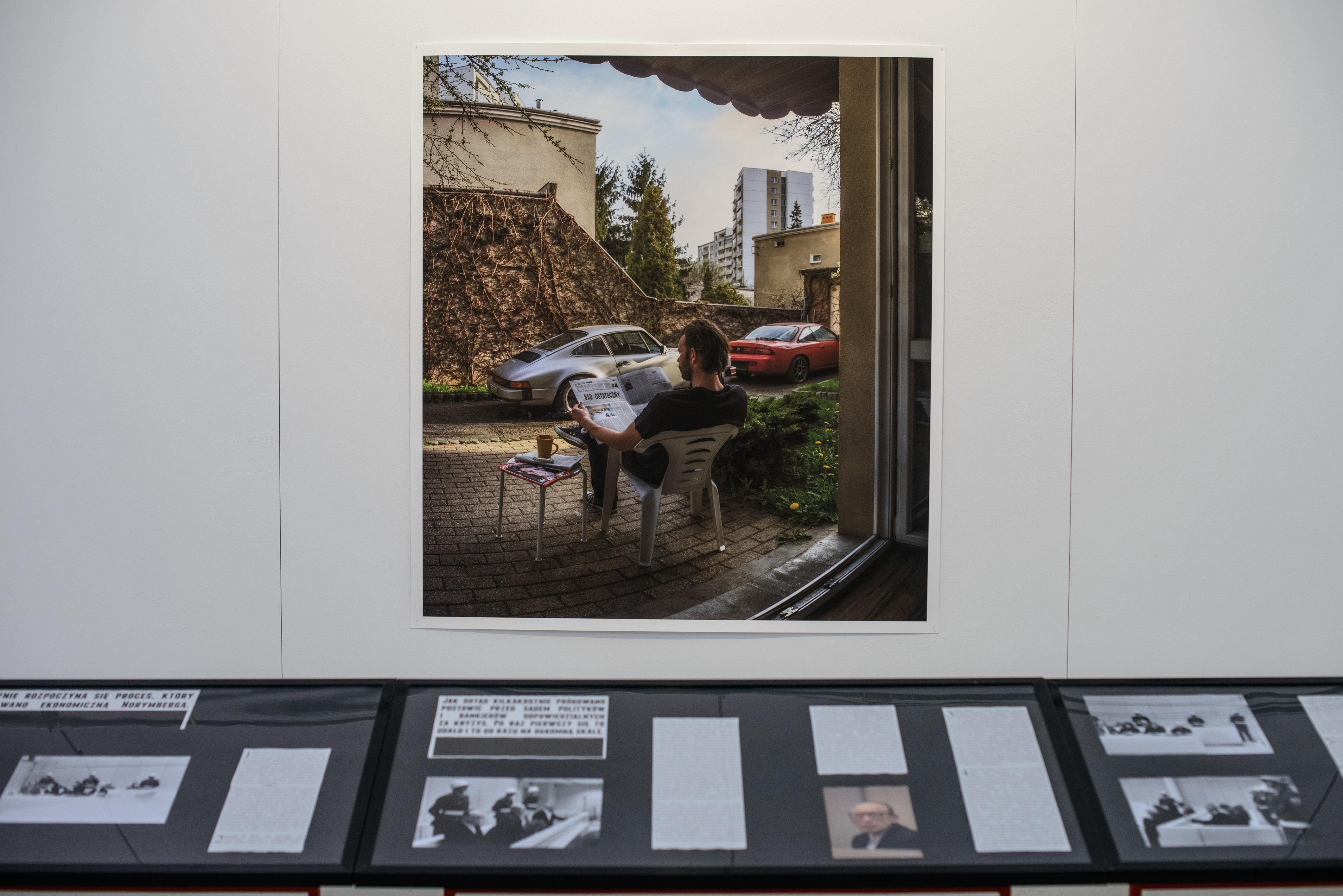 """Zbigniew Libera, """"Sąd ostateczny"""", wtle praca """"Ekonomiczna Norymberga #1"""", 2014"""