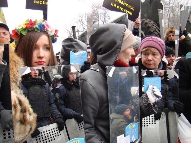 """Baner ilustrujący performans Obywatelskiego Sektora Majdanu """"Królestwo ciemności zostało pokonane"""", 2013"""