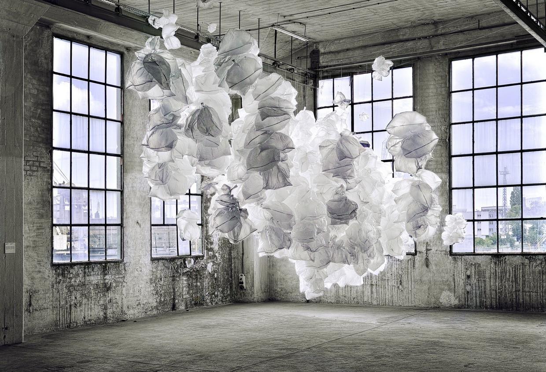 """Yona Friedman, Improwizowany prototyp zserii """"obłoki"""", instalacja, 2009, fot.Jarosław Bartołowicz"""