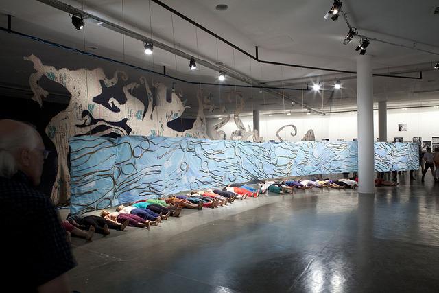 El Hadij Sy, performance wramach pracy Archéologie marine, Arqueologia marinha, fot.Pedro Ivo Trasferetti, Biennale São Paulo, 2014