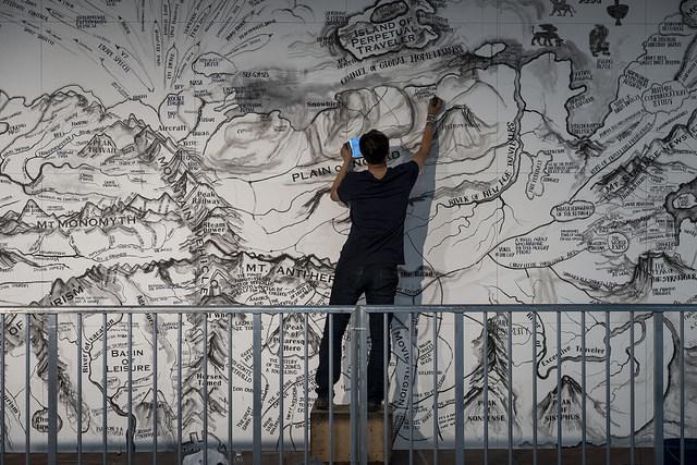Qiu Zhijie podczas tworzenia swojej pracy wczasie  otwarcia biennale, fot.Leo Eloy