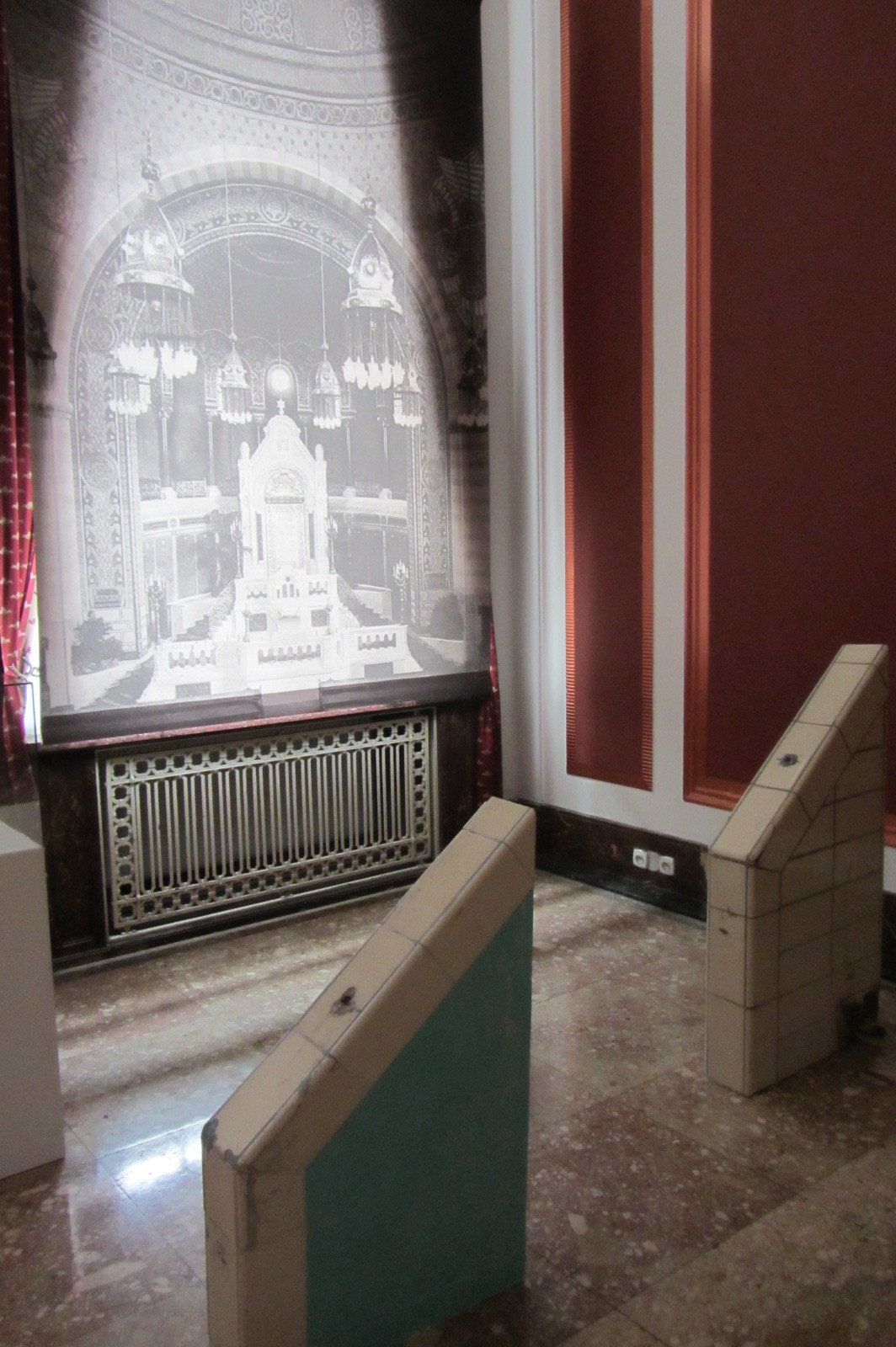 Oko pamięci, wycięte elementy wyposażenia pływalni, wtle zdjęcie pierwotnego wnętrza synagogi