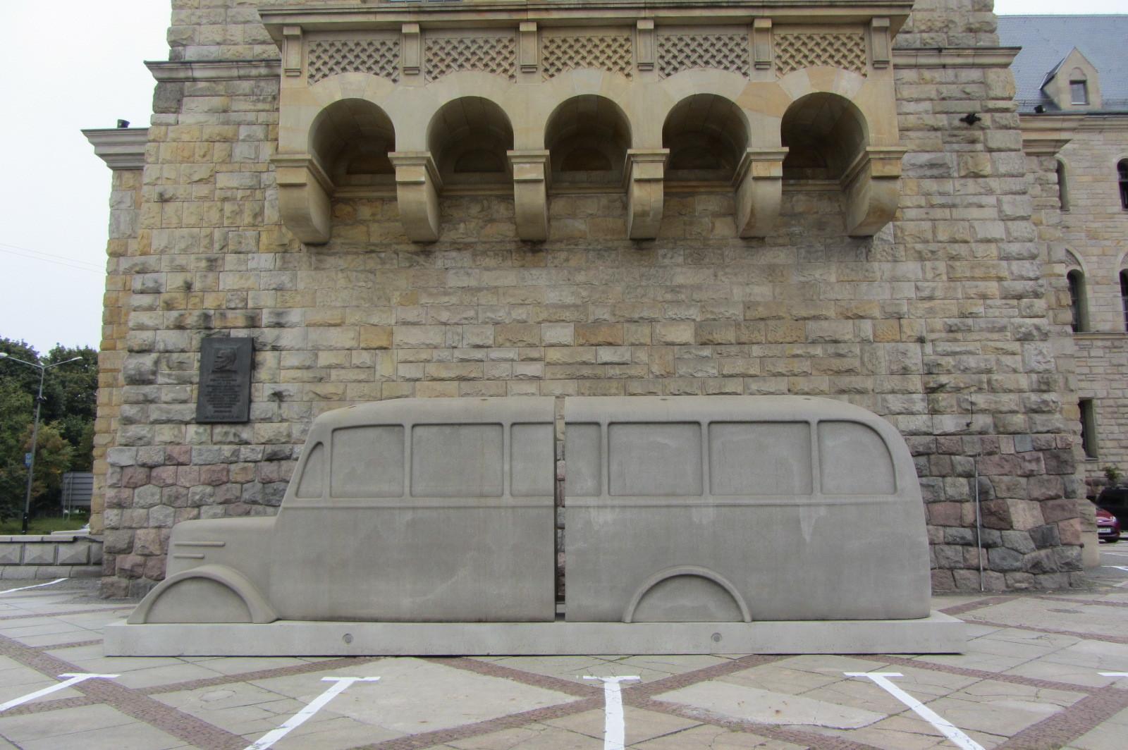 Pomnik szarych autobusów przedCK Zamek wPoznaniu