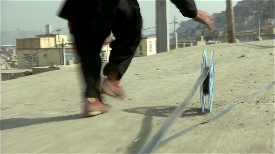 Francis Alÿs, REEL-UNREEL (NAWIJAĆ-ROZWIJAĆ), dokumentacja wideo akcji, kadr zfilmu, 2011