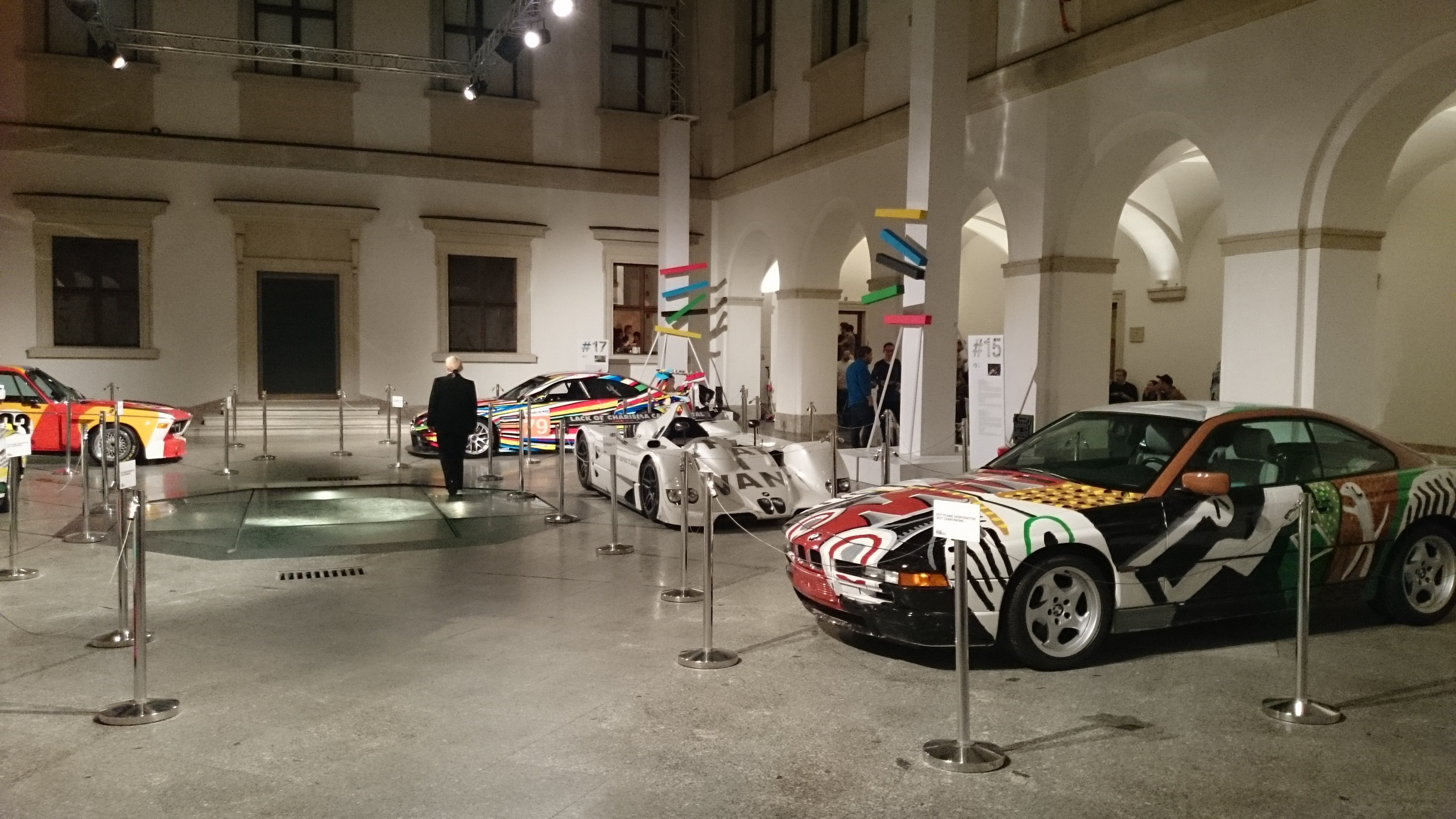 W CSW Zamek Ujazdowski właśnie otworzyła się wystawa Francisa Alysa, aletoco nam się rzuciło woczy towystawa Art Cars, naswój sposób kontrowersyjna...