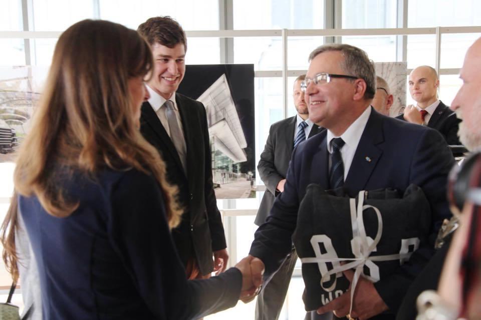 Podczas inauguracji nowego budynku ASP prezent dostał także prezydent - bluzę ASP Hools, którejniestety niewłożył