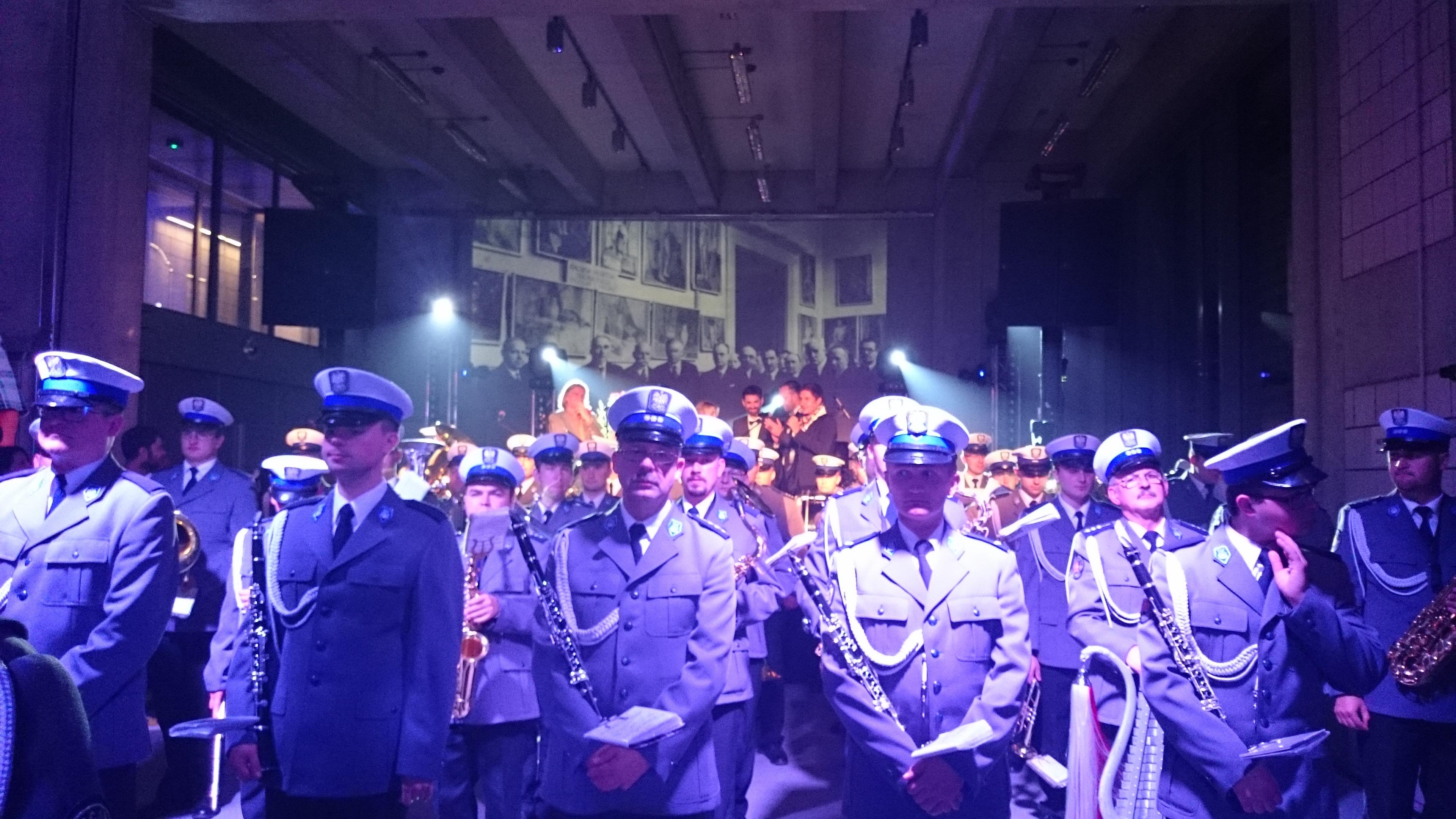 Bal Gałganiarzy, napierwszym planie Orkiestra Policyjna