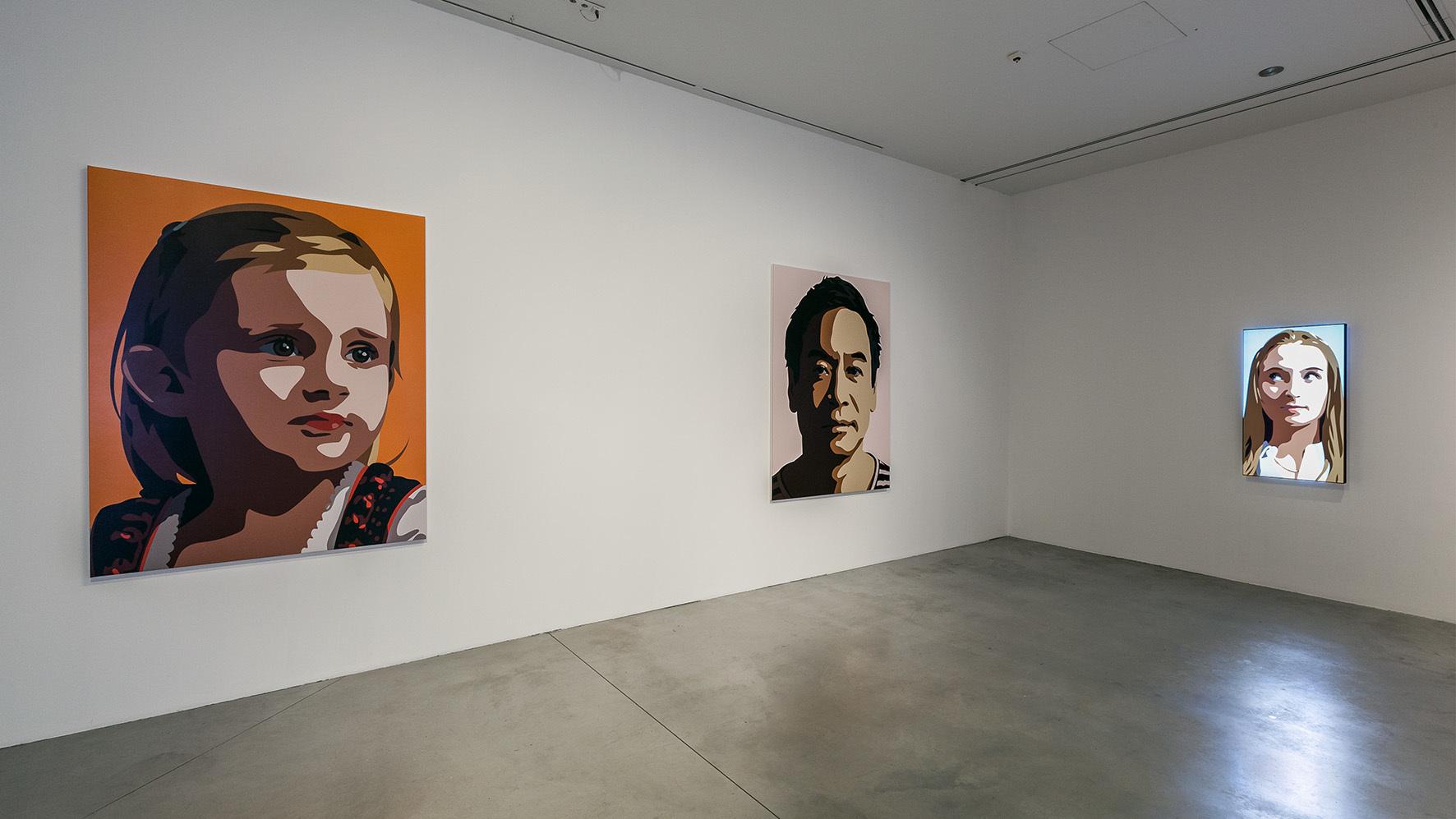 Julian Opie, Rzeźby, obrazy, filmy, widok nawystawę