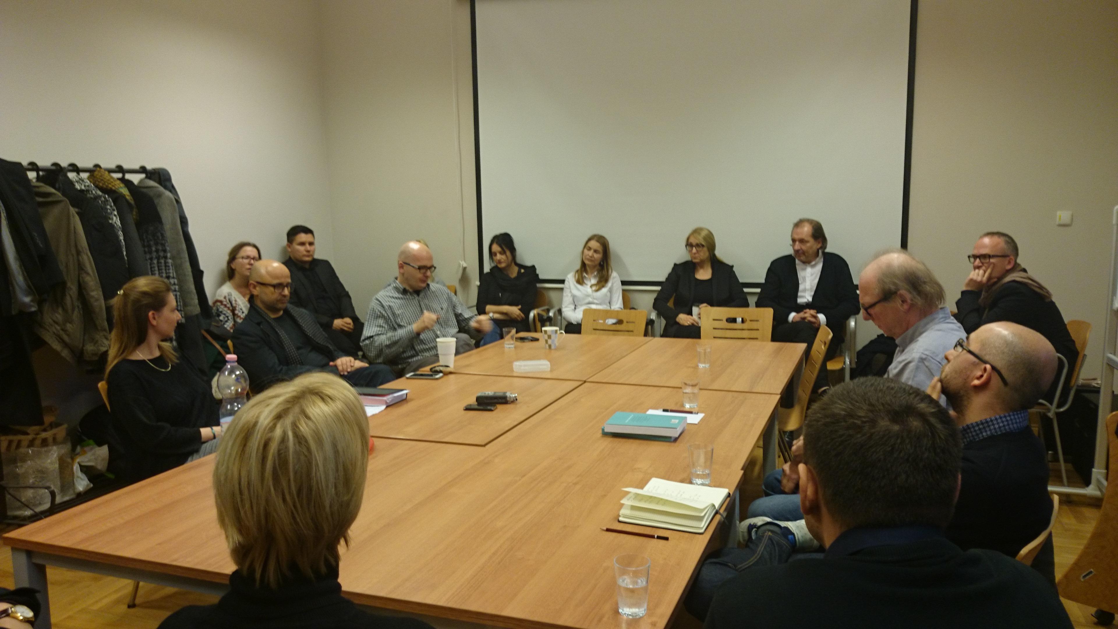 """Dyskusja """"Jaka akademia?"""" naAkademii Sztuki wSzczecinie, przy stole siedzą: Kamil Kuskowski, Waldemar Wojciechowski,"""