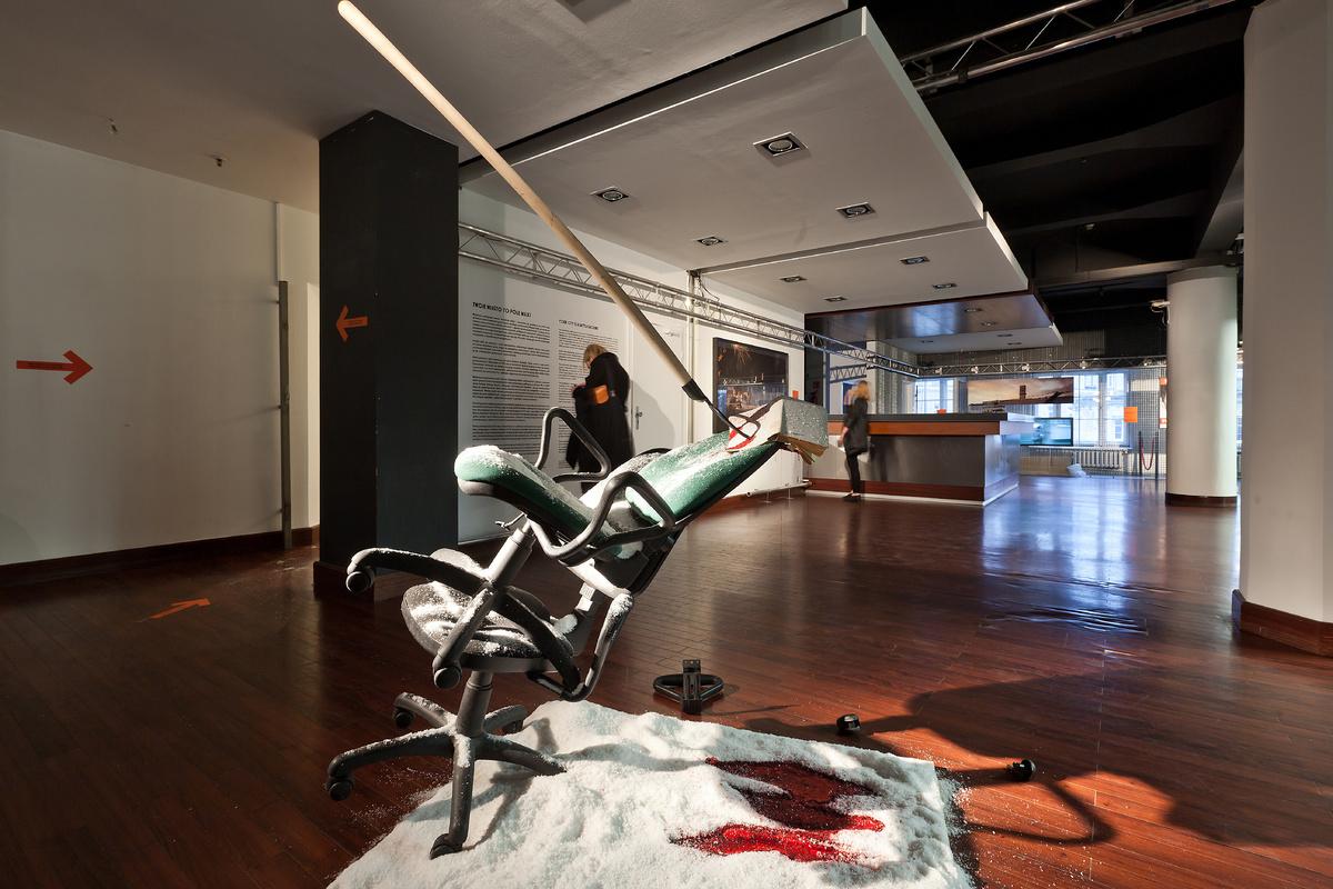 Wystawa Twojemiasto topole walki, widok napracę Michała Krochowca, fot.B.Stawiarski