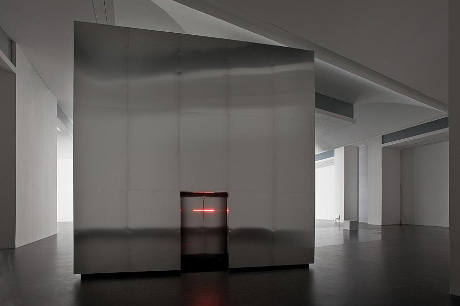 """Alfredo Jaar, Brzmienie ciszy, 2014, widok instalacji wCSW """"Znaki Czasu"""" wToruniu, dzięki uprzejmości CSW iArtysty"""