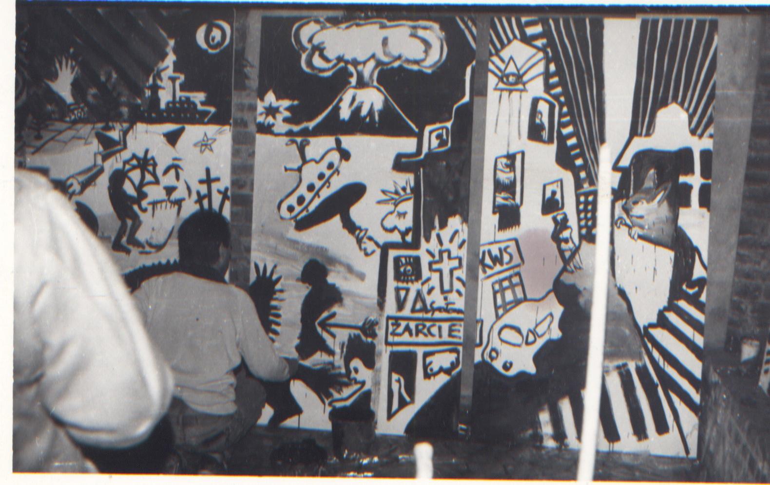 """Grupa Luxus maluje """"Panoramę świata"""", akcja wZamku wLeśnicy, 1986"""