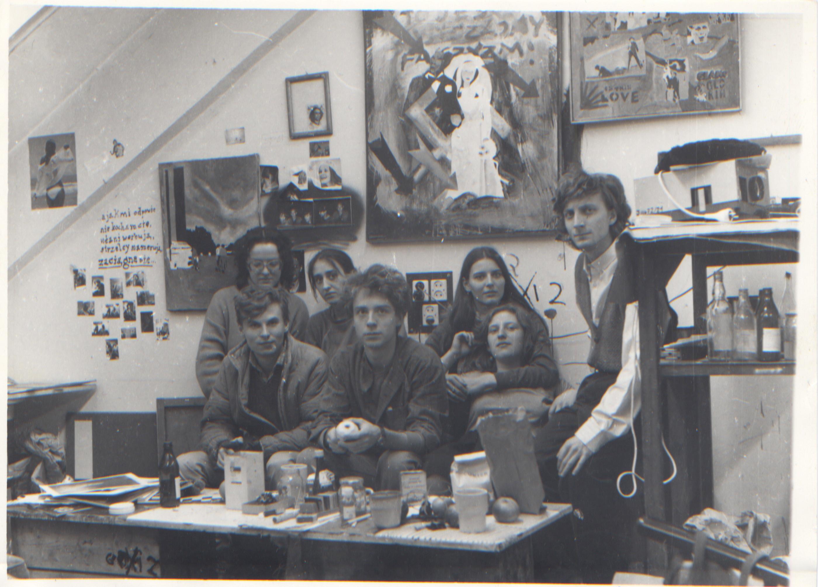 Studenci wpracowni 314, (odlewej:) Anna Bujwid, Małgorzata Mazur, Bożena Grzyb, Andrzej Dakszewicz, (poniżej:) Stanisław Sasak, Piotr Gusta, Ewa Ciepielewska, 1983