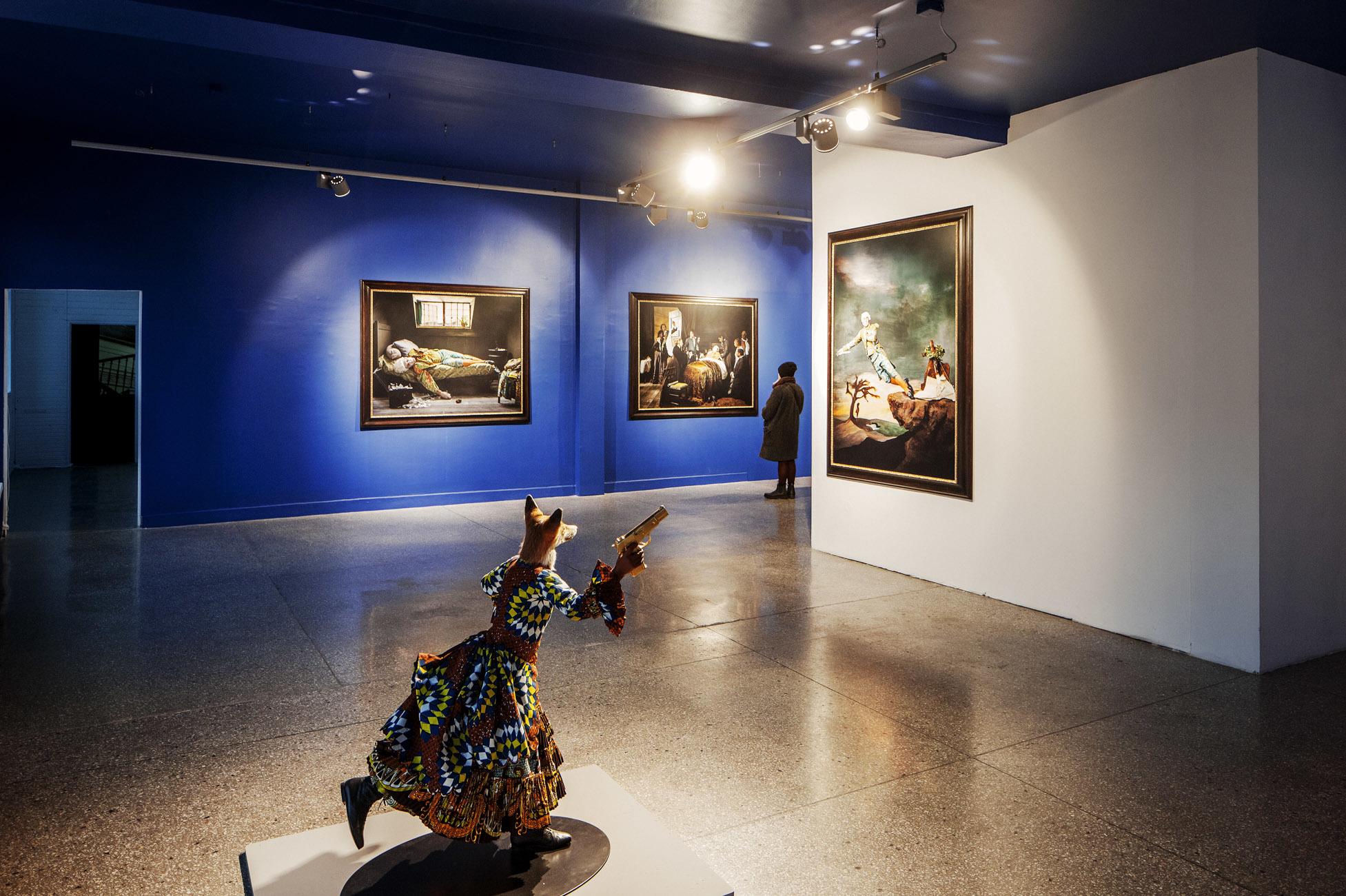Widok wystawy Yinka Shonibare. Wybrane prace, kur. Patrycja Ryłko, materiały prasowe GGM 1