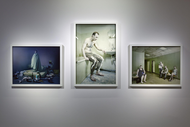 Anna Orłowska, prace zcyklu Przeciek, Poczekalnia, 2011 fotografia, 70x88cm, Człowiek Leopard, 2011, Kobieta wŁóżku, 2011