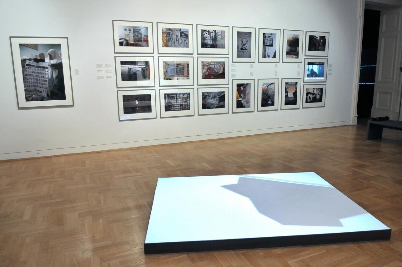 Na pierwszym planie: Mirosław Bałka, mapL, 1999/2010, projekcja wideo, sól, stal, mdf, dzięki uprzejmości artysty iDvir Gallery, Tel Awiw; wtle: Ahlam Shibli, Śmierć, Palestyna, 2011–2012, 26 zcyklu 68 fotografii, dzięki uprzejmości artystki