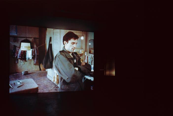 Douglas Gordon, Through aLooking Glass, 1999, instalacja wideo, dzięki uprzejmości Studio lost but found, Berlin