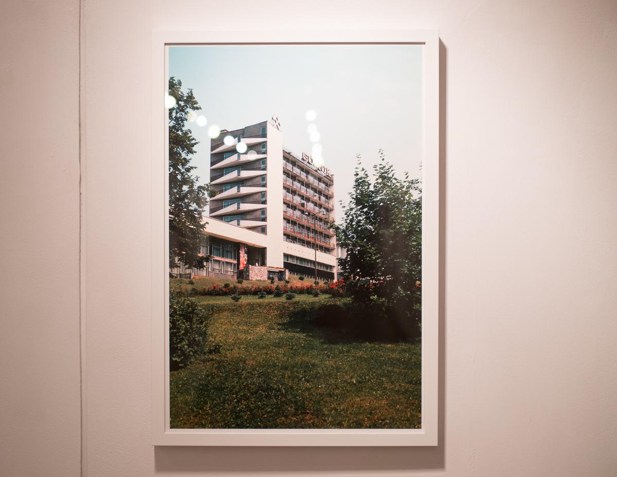 """Sanatorium Górnik wSzczawnicy (1976 r.), wystawa fotografii Zbigniewa Łagockiego """"Pozdrowienia zMuszyny!"""", Galeria Stara wŁodzi, 13.12.2014–17.01.2015"""