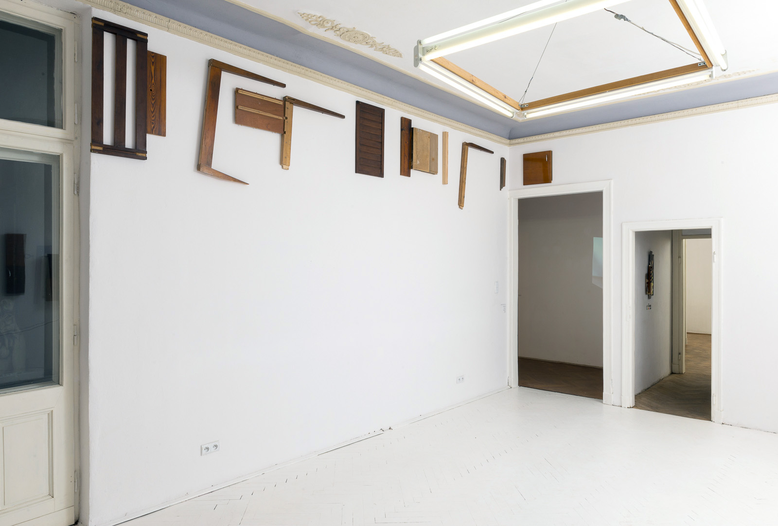 Jan Mioduszewski, Fryz zelementów mebli ilistew, 2014, instalacja