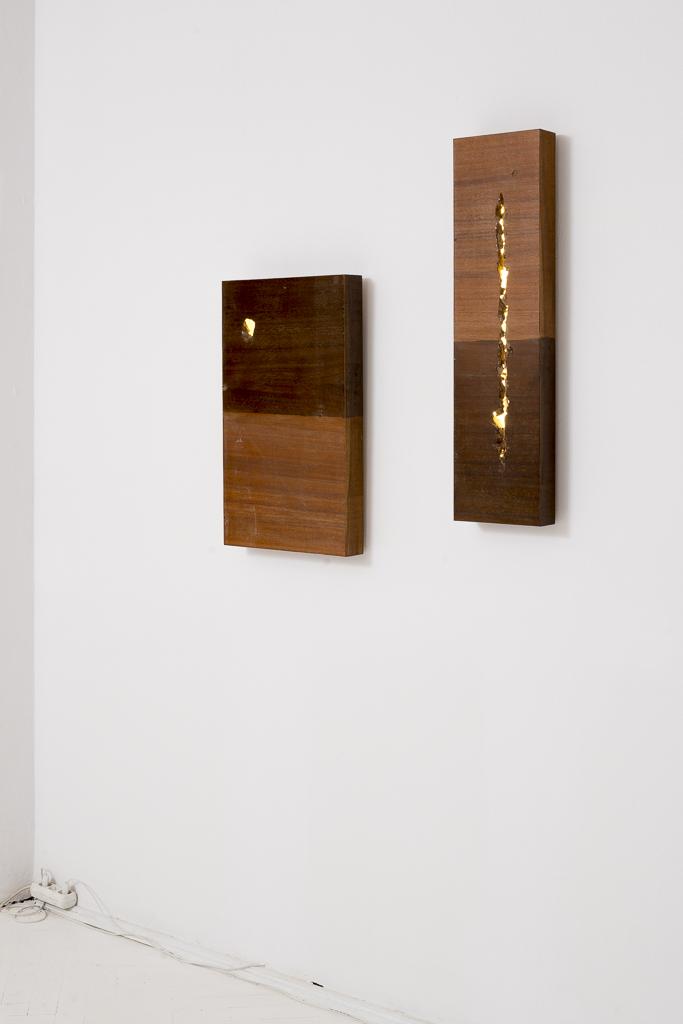 Jan Mioduszewski, Horyzont, 2014, płyta pilśniowa laminowana, LED; Szczelina pionowa, 2014, płyta pilśniowa laminowana, LED