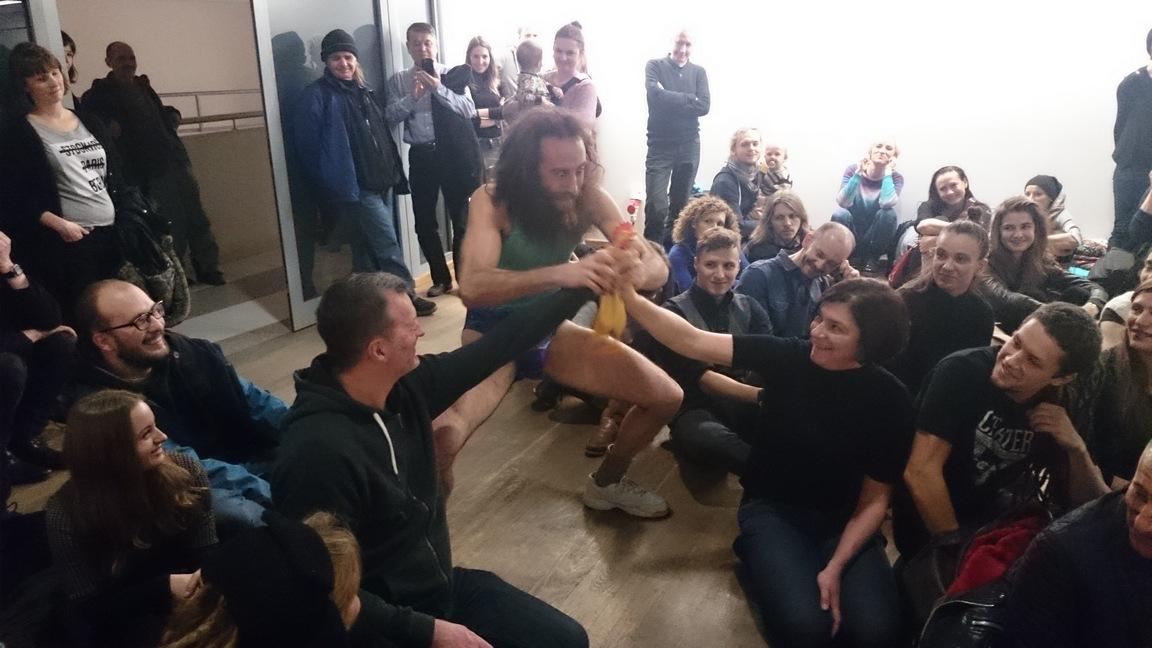Mathew Silver bawi publiczność gumowym kurczakiem - itoniebyle jaką publiczność