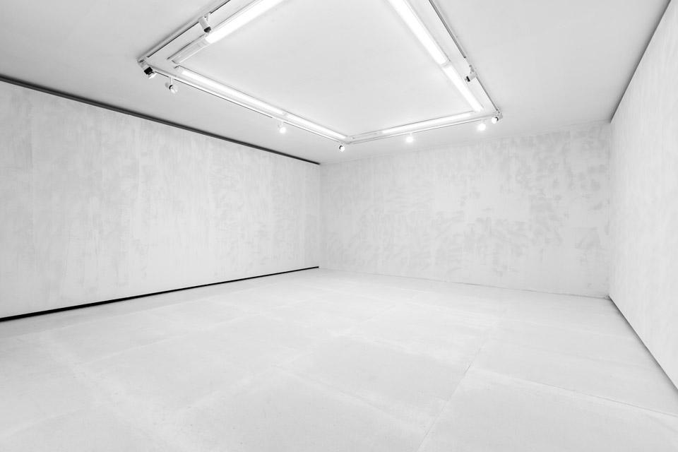 Justyna Kisielewska, beztytułu, 2015 kulki szklane ○ 0,5 mm, emulsja, gips-karton, płyta wiórowa